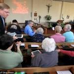 Bruker nettbrett under gudstjeneste