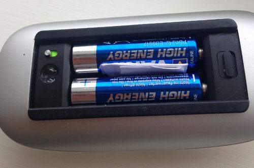 Å putte en liten papirbit mellom batterien kan løse problemet. Foto: Teknologia