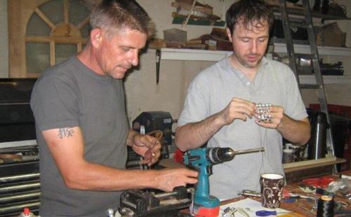 Richard Van og Ivan Owen bor 1600 mil unna hverandre. Gjennom e-post og titalls timer på Skype har de to utviklet Robohand. Foto: Robohand