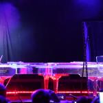 Spiller piano sammen med hologram-versjon av seg selv