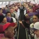 Passasjerene overraskes når Løvenes Konge-stjerner begynner å synge på flyet
