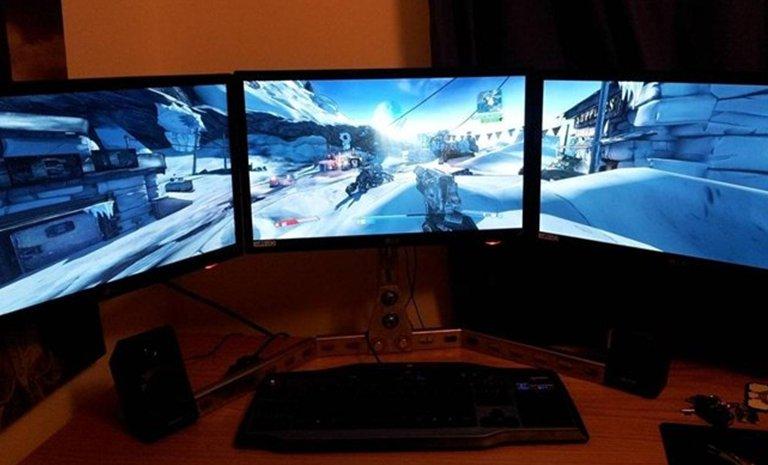 Tre sammenkoblede skjermer
