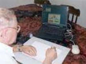 Datasystemet ComPET består av en bærbar datamaskin og en slags skriveplate som registrerer hånden og pennens bevegelser. Det blir hele tiden oppdatert med nye detaljer i takt med forskernes erfaring med håndskriftanalyse. (Foto av oppfinnerne Sara Rosenblum og Tamar Weiss fra universitetet i Haifa)