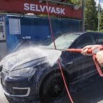 Vasker bilen med solvarmet vann